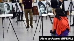 Посетительница знакомится с экспонатами выставки «Великие женщины Казахстана». Алматы, 22 декабря 2016 года.