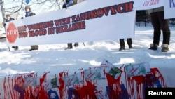 Protestatari antiguvernamentali în fața unei filiale a Deutsche Bank la Kiev