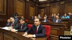 Премьер-министр Овик Абрамян и члены его правительства в парламенте (архив)