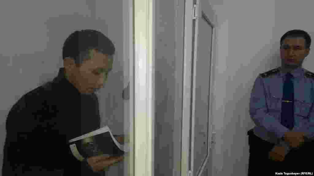 Асет Нуржаубай, которого обвиняют в поддержке движения живущего за рубежом олигарха и критика казахстанских властей Мухтара Аблязова, приговорен к четырем годам лишения свободы. На суде Асет Нуржаубай заявил, что Аблязов обманул его, и сказал о раскаянии. На фото: Асет Нуржаубай выступает на судебных прениях. Алматы, 27 сентября 2018 года. Фото корреспондента Азаттыка Казиса Тогузбаева.