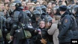 Полиция задерживает участников акции протеста против коррупции. Москва, 26 марта 2017 года.
