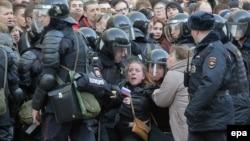 Поліція затримує людей на антикорупційній акції в Москві, Росія, 26 березня 2017 року