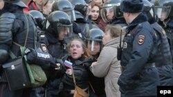 نیروهای پلیس روسیه در حال بازداشت دختر معترض در مرکز مسکو