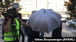 Неизвестные препятствуют вести съемку репортерам Азаттыка. Нур-Султан, 6 июля 2019 года.