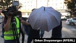 Неизвестные мешают оператору Азаттыка вести съемку. Нур-Султан, 6 июля 2019 года.