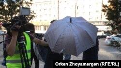 Невядомы чалавек перашкаджае здымкам супрацоўнікаў Казаскай службы Радыё Свабода ў Нур-Султане сёньня, 6 ліпеня.