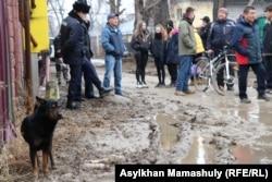 Жители Алгабаса показывают чиновникам, как они вынуждены передвигаться по «городу». Алматы, 21 февраля 2021 года.