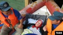 Комсомольск-на-Амуре: эвакуация местной жительницы во время наводнения