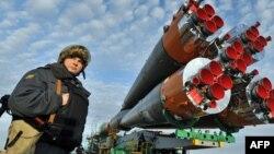 Ғарыш кемесін күзетіп тұрған ресейлік полицей. Байқоңыр, 31 наурыз 2010 жыл.