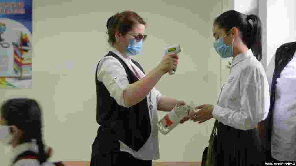 Учням у Душанбе вимірювали температуру в перший день навчання 17 серпня