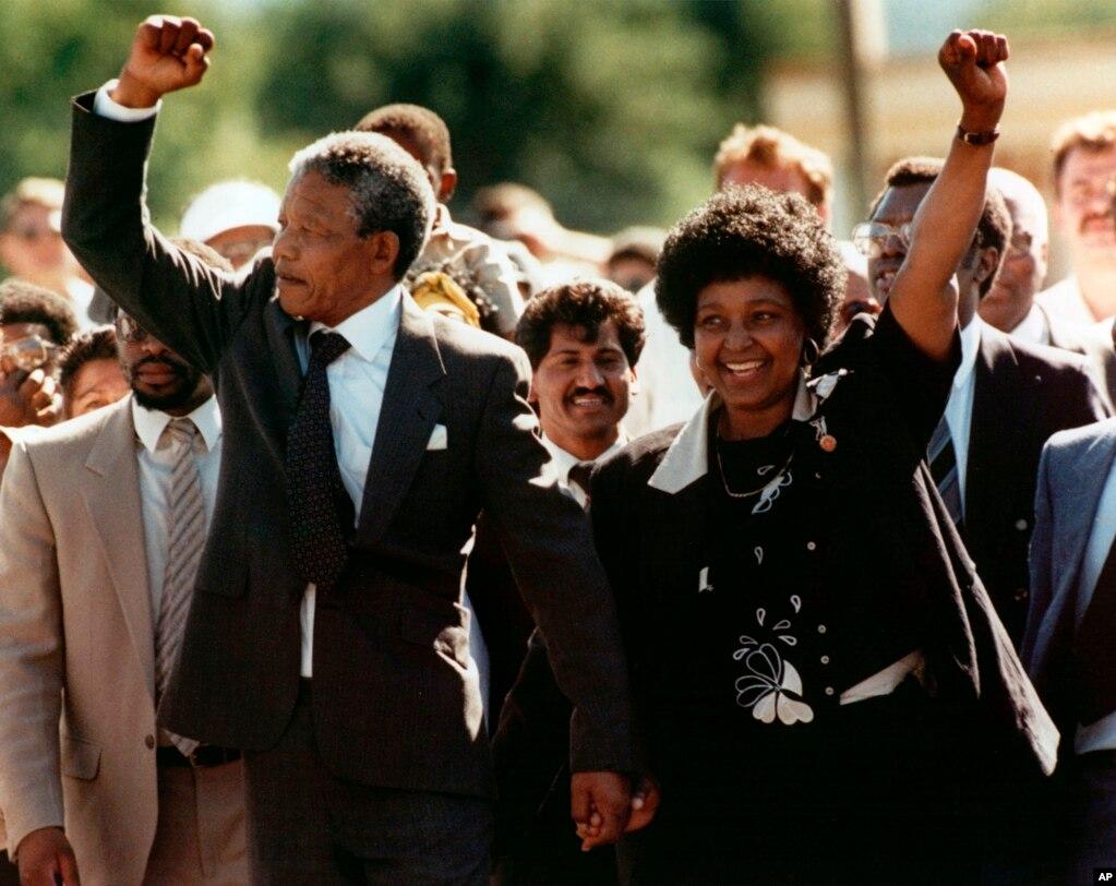 «وینی» (در این عکس معروف دست در دست ماندلا پس از آزادی او) سالها بعد به چهرهای جنجالی تبدیل شد، و در نهایت از ماندلا جدا شد، اما برای سالها خود یکی از نمادهای جنبش ضد آپارتاید بود.