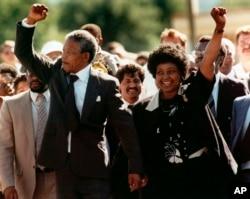 Нельсон Мандела та його дружина після звільнення правозахисника з в'язниці, 11 лютого 1990 року