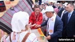 Рөстәм Миңнеханов Каравон фестивалендә туку станогында, 21 май 2017