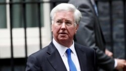 Министр обороны Великобритании подал в отставку из-за того, что положил руку на колено журналистки