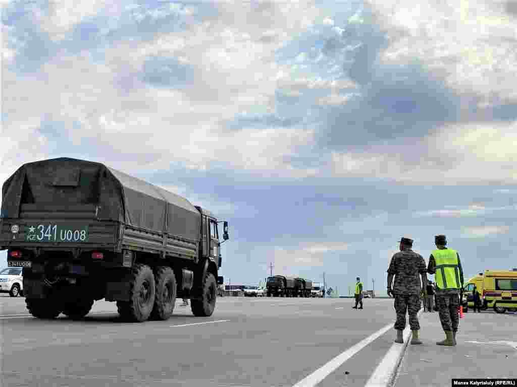 Тараз-Алматы күре жолында тұрған әскери полиция.