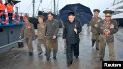 Lideri verikorean, Kim Jong Un, i shoqëruar nga oficerë ushtarakë.