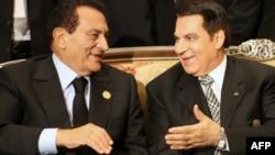 Өмір бойы бес еркінен айырылған Зин әл-Әбидин Бен Әли (оң жақта) және Египеттің бұрынғы президенті, өмірлік түрме жазасына кесілген Хосни Мүбәрәк. Ливия, 10 қазан 2010 жыл.