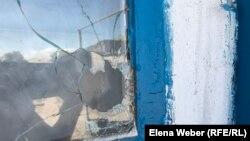 Бақтыбаевтар үйінің бытыра тесіп өткен терезесі. Қарағанды облысы, Атасу ауылы, 1 маусым 2019 жыл.