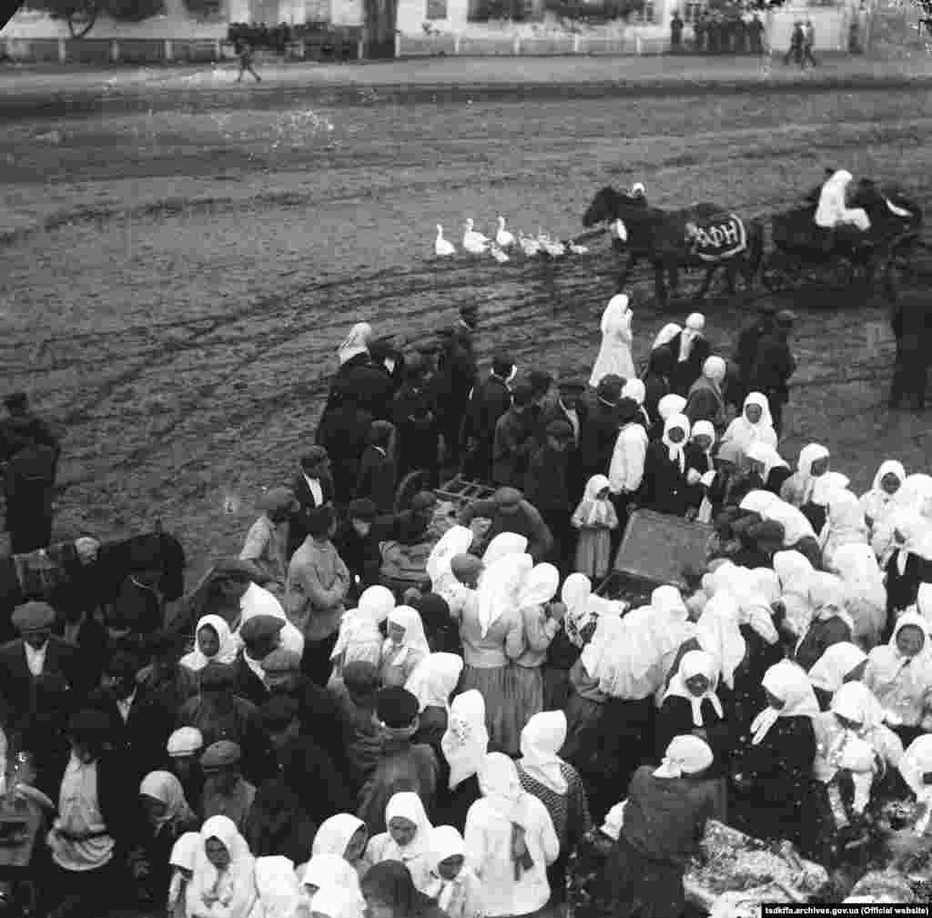 Збори селян у селі Удачне Гришинського району Донецької області під час колективізації, 1930–1933 роки