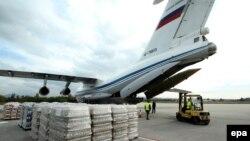 Літак Міністерства надзвичайних ситуацій Росії завантажують сербською допомогою в місті Ниш, 20 жовтня 2016 року