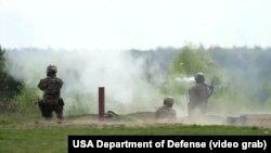 Американські інструктори тренують українських бійців на військовому полігоні в Яворові