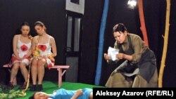 Эпизод спектакля «Пробуждение весны» в Республиканском немецком драматическом театре, поставленный на «чужой» сцене. Алматы, март 2015 года.
