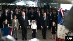 Суретте алдыңғы қатарда – Израиль премьер-министрі Биньямин Нетаньяху мен Франция президенті Эмманюэль Макрон қаза тапқан еврейлерді еске алу рәсімінде тұр. Париж, 16 шілде 2017 жыл.