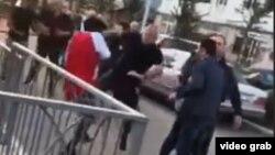 Imagine postată pe FB la Tbilisi cu oameni atacînd studenți de culoare la un meci de fotbal