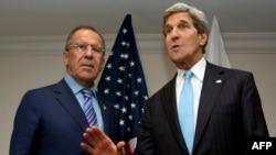 Госсекретарь США Джон Керри (справа) и Министр иностранных дел России Сергей Лавров отвечают на вопрос журналиста о Сноудене. Бруней, 2 июля 2013 года.