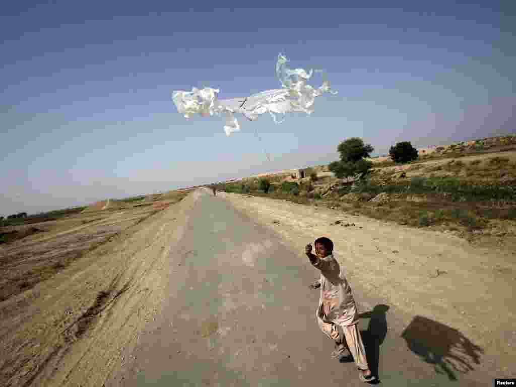 Семирічний хлопчик був змушений разом з родиною покинути власний дім та шукати притулок у тих регіонах Пакистану, котрі не постраждали від повеней, провінція Сінд, 21 вересня.Photo by Akhtar Soomro for Reuters