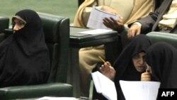 سه وزیر زن پیشنهادی محمود احمدینژاد برای کابینه دهم؛ مرضیه وحید دستجردی (نفر دوم از راست) موفق به کسب رأی اعتماد از مجلس شد