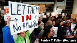 Участники протестов против указа Трампа, запрещающего възд в США гражданам 7 мусульманских государств