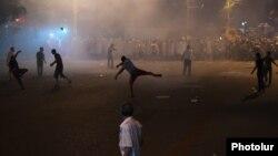 Еревандагы митингчилер полиция кызматкерлерине таш ыргытууда