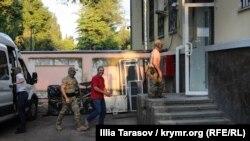 Российские силовики доставили Эдема Смаилова на заседание Киевского районного суда в Симферополе. 22 мая 2018 года