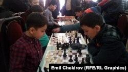 Өспүрүмдөр арасында шахмат боюнча Кыргызстандын чемпиондугунун катышуучулары. 30-март, 2015-ж.