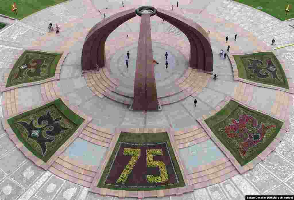 """Жеңиш аянты. Жыл сайын 9-майда Бишкекте """"Өлбөс полк"""" акциясы өтүп, Жеңиш аянты шаардыктарга жык-жыйма толчу. Быйыл коронавирус пандемиясына байланыштуу акция токтотулуп, жеңиш майрамы шаан-шөөкөтсүз өтүүдө."""