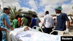Сомалийско момиче е транспортирано към самолета, който Турция изпрати на помощ на ранените при атентата в Могадишу в събота