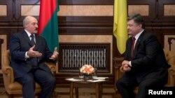 Президент Беларуси Александр Лукашенко (л) и президент Украины Петр Порошенко (п), архивное фото
