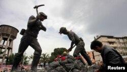 Somada şaxtaçılar heykəlinin önünə gül qoyulur