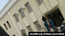 Рабочие под присмотром милиционеров готовятся к приезду президента в город Джизак.