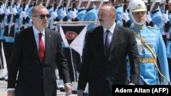 Türkiyə və Azərbaycan prezidentləri Recep Tayyip Erdogan (solda) və İlham Əliyev