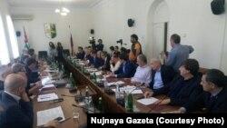 Повестка расширенного заседания двух комитетов заключалась в разного рода прошениях, которые депутаты абхазского парламента подавали своим коллегам из российской Госдумы