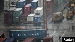 Хитой маҳсулотлари экспорт қилинади Шанхай порти.