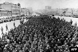 """Немецкие пленные на улицах Москвы в 1944 году. Сепаратисты из """"ДНР"""" 70 лет спустя попытались устроить нечто подобное в Донецке"""