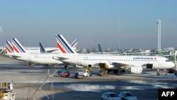 Aeroplanët e kompanisë Air France në një aeroport në Paris