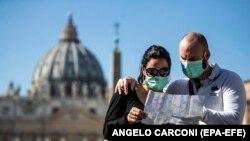 Туристы в Риме на площади Св.Петра, 24 февраля 2020