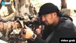 Кадр видеозаписи с Гулмуродом Халимовым, офицером таджикской милиции, перешедшим на сторону ИГ.