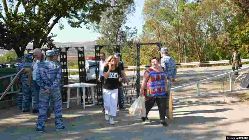 Сотрудники службы безопасности фестиваля проверяли сумки у гостей мероприятия. На входе установили рамки металлодетектора