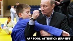 Vladimir Putin în 2012 și o demonstrație de judo...