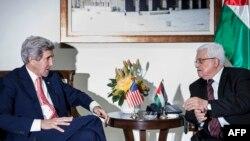 Sekretari amerikan i Shtetit, John Kerry, gjatë takimit me presidentin e Autoritetit Palestinez, Mahmud Abbas, në Ramallah - 3 janar 2014.